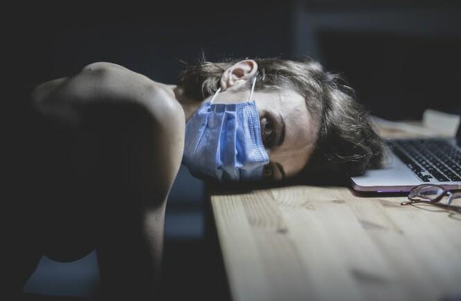 laptop kobieta maska